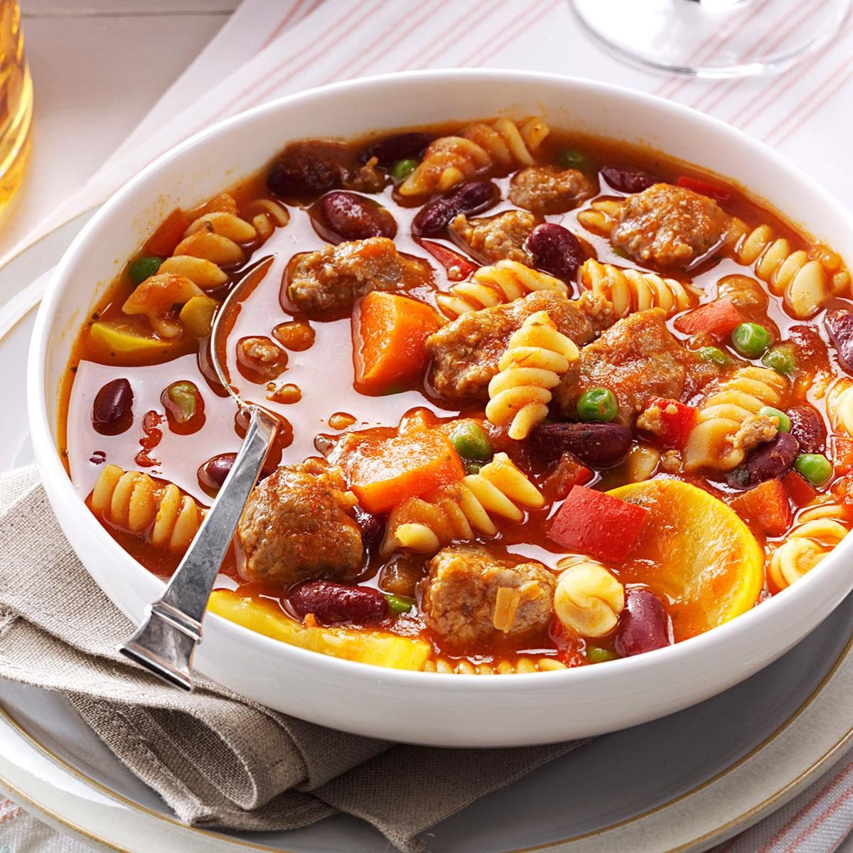 Macaroni with stew: the recipe is simple and simple