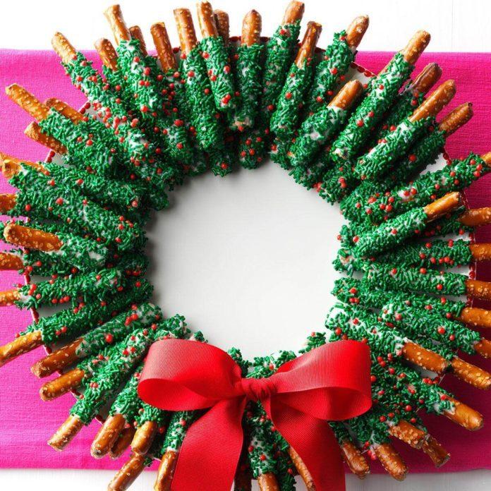 chocolate dipped pretzel wreath - Christmas Chocolate Covered Pretzels