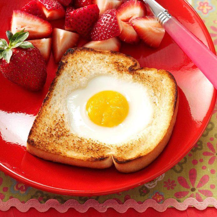 How to make eggs in a basket like cracker barrel