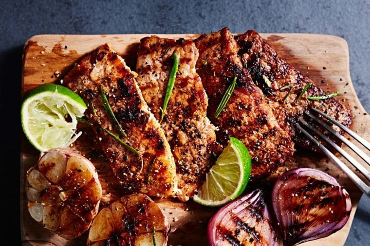 Grilled pork chops with limes