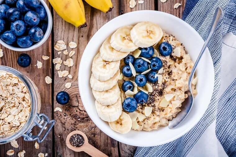Oatmeal with blueberries, nuts and bananas