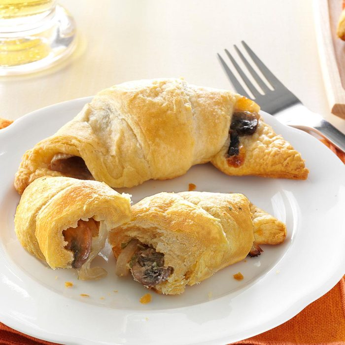 Mushroom Onion Crescents Exps168605 Sd132779d06 12 4bc Rms 3