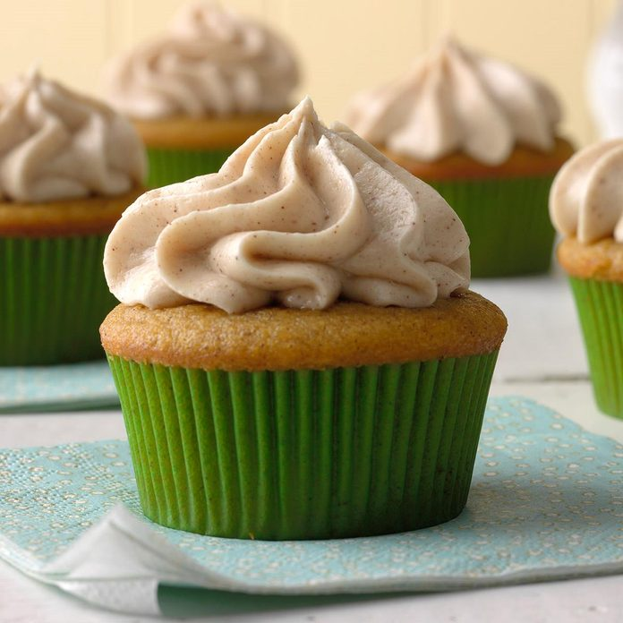 Pumpkin Spice Cupcakes With Cream Cheese Frosting Exps Mrmz16 42386 B09 16 6b 12
