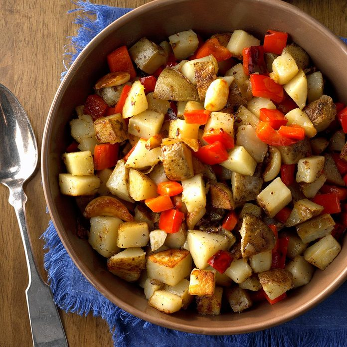 Skillet Potatoes With Red Pepper And Whole Garlic Cloves Exps Hca18 111827 C11 02 5b 6