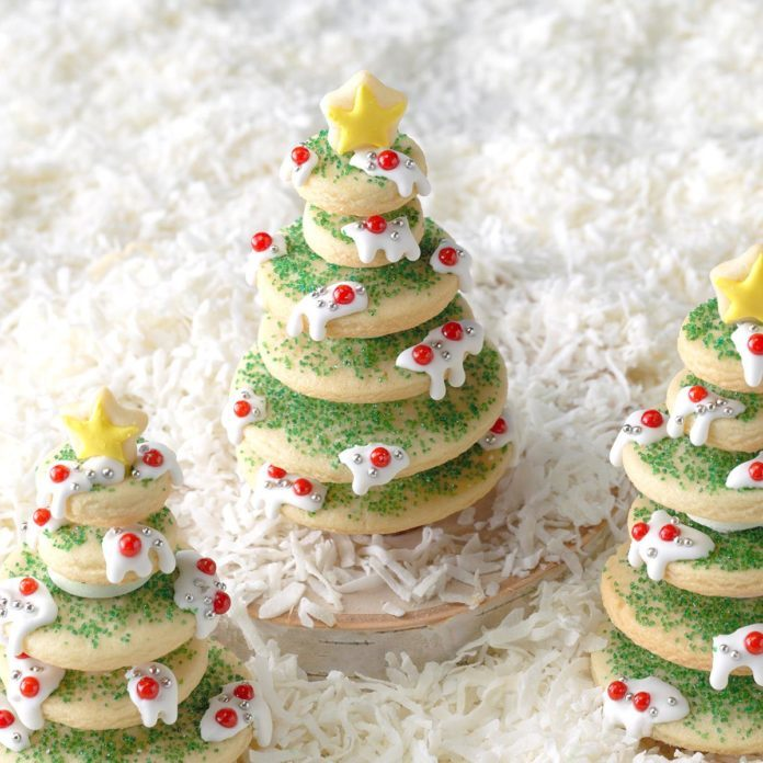 Decorating Christmas Cookies.Stacked Christmas Tree Cookies
