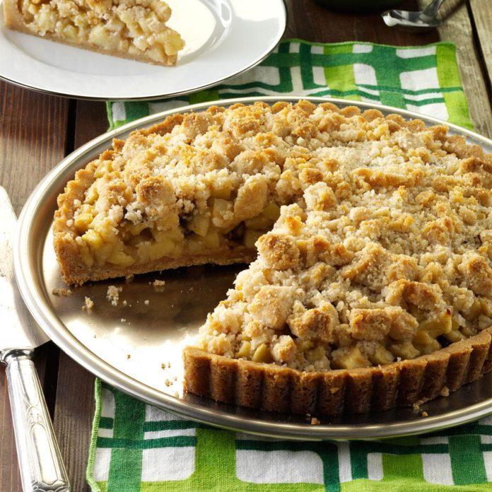 Apple Crumb Tart with Cinnamon Cream