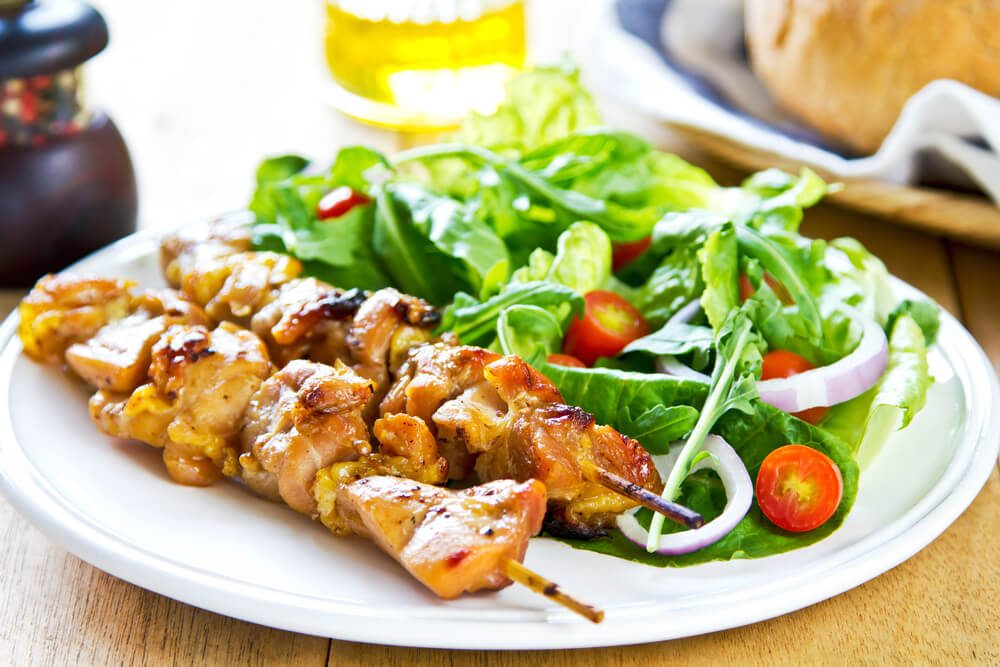 Grilled chicken skewer with rocket salad