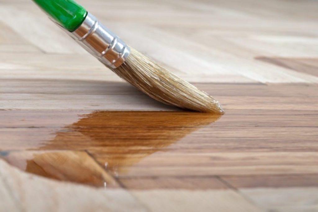 applying varnish on wood