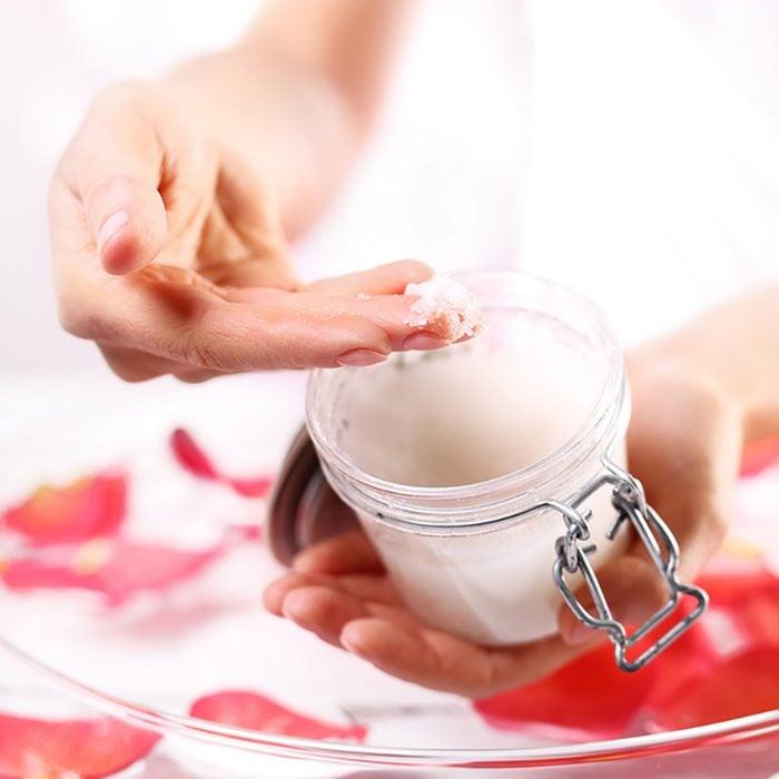 Esfregue as mãos. Jar de preparação cosmética Spa & Bem-estar