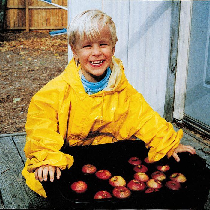 young boy bobbing for apples /COU Magazine/1998/November-1998/0405-6465_HiRes