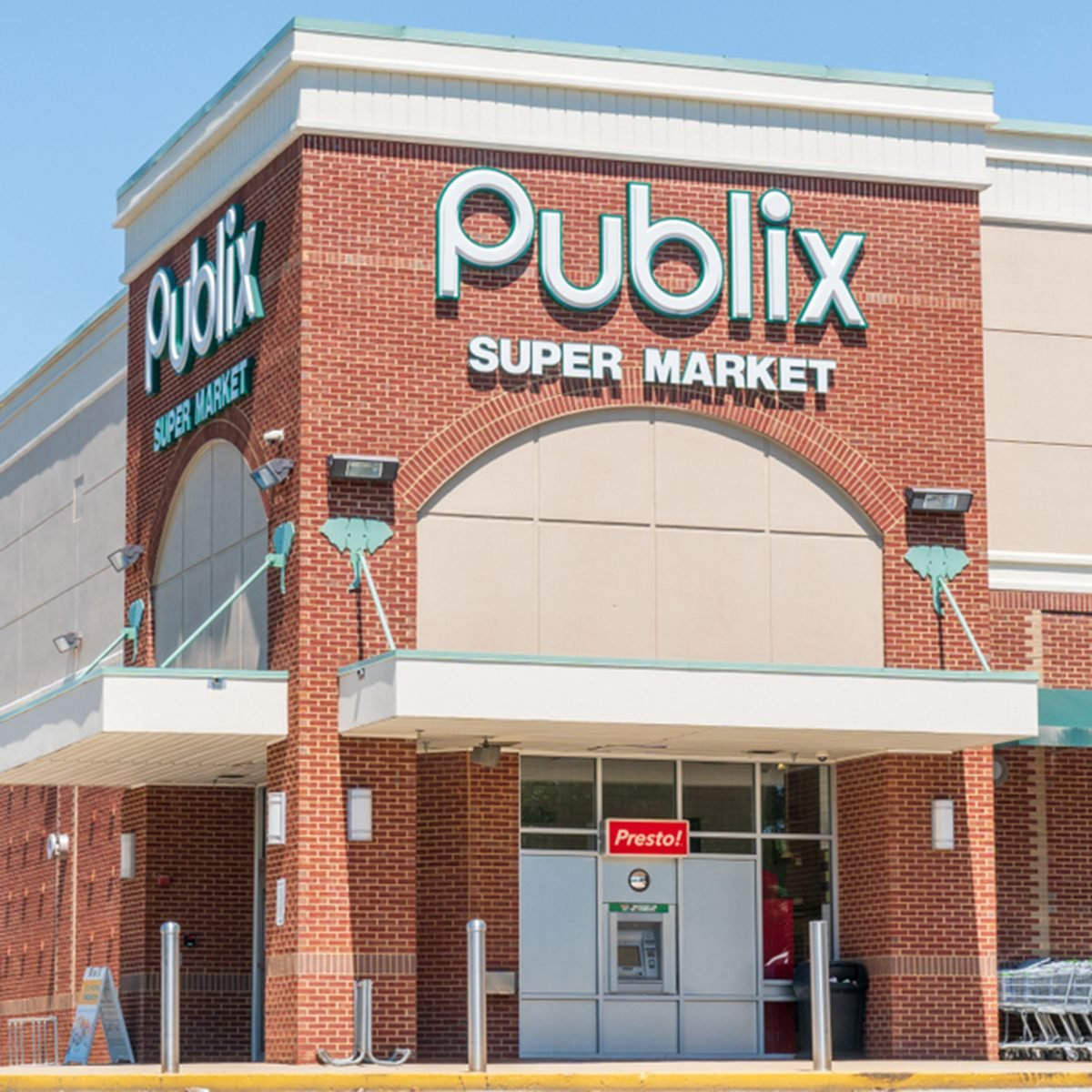 Publix grocery store exterior and logo.
