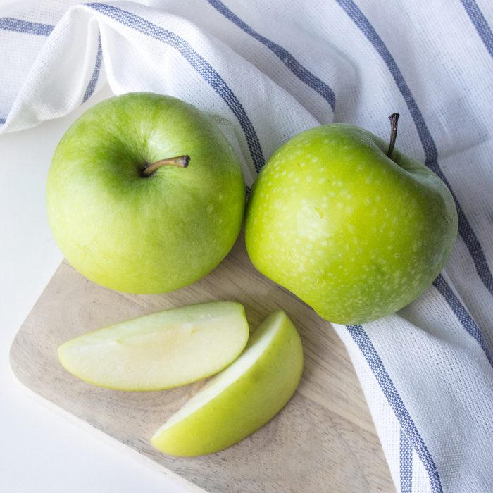 Ripe green apples and apple slices