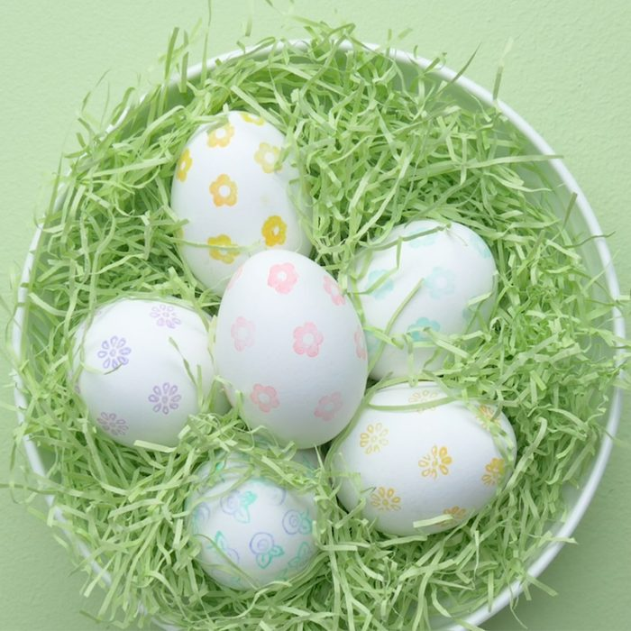 decorating easter egg ideas using a stamp, eggs in a bowl