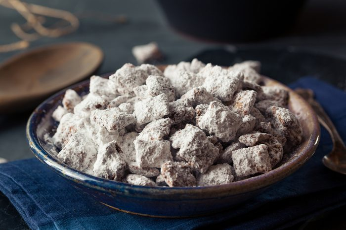Homemade Powdered Sugar Puppy Chow Muddy Buddies to Eat