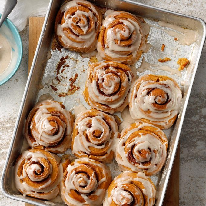 Gingerbread Cinnamon Rolls With Spiced Frosting  Exps Tohca19 204882 B03 19 6b Rms 3