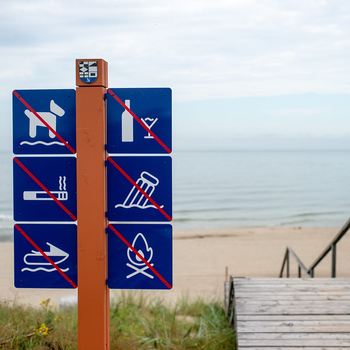 On the beach it is forbidden: walking Pets, drinking alcohol, Smoking, garbage, boating,bonfires. No dog. Please don't litter beach.