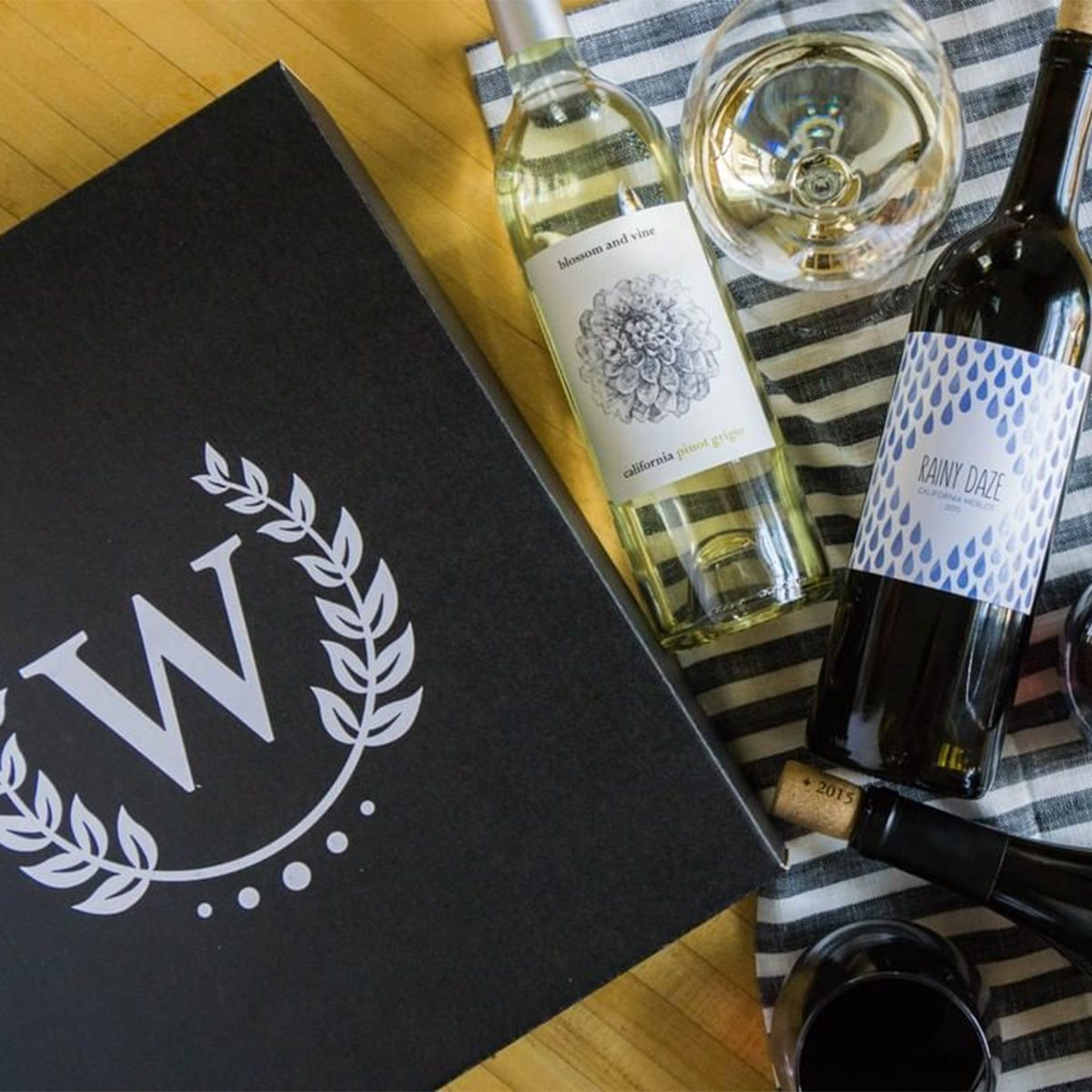 wine box packaging with wine bottles