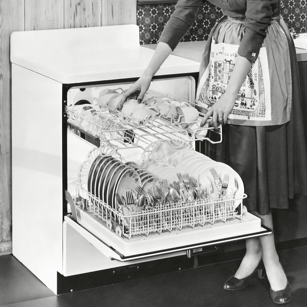 Mandatory Credit: Photo by Everett/Shutterstock (10307179a) An automatic dishwasher was one of the first of the appliances to be made by Frigidaire. Dec. 1954. Historical Collection