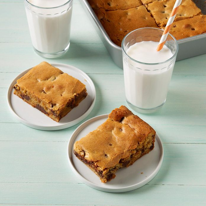 Peanut Butter Chocolate Chip Brownies Exps Ft19 246647 F 1106 1 4