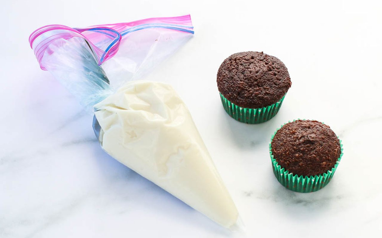 how to frost cupcakes with ziploc bag