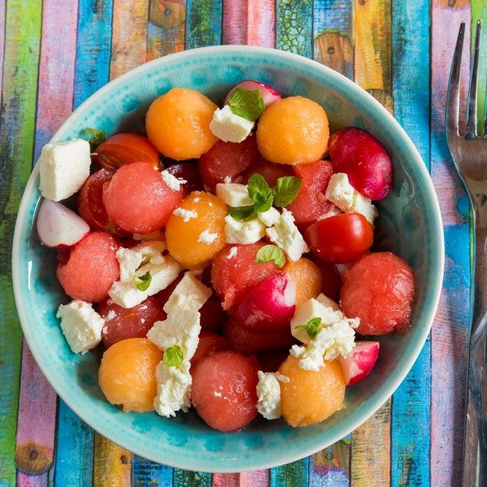 Melonensalat mit Fetakäse, Tomaten, Radieschen, Minze, Studio
