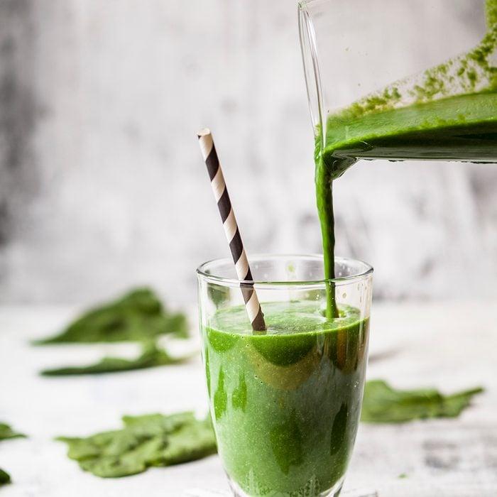 Zuckerfreier, veganer Detox-Smoothie mit Spinat, Mandelmilch und Banane