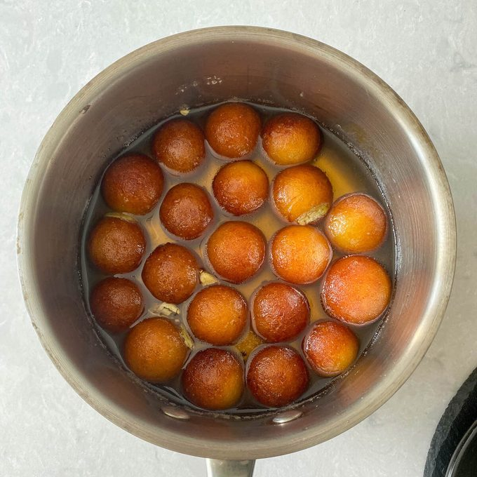 Agregue jamuns al jarabe de azúcar Cómo hacer gulab jamun